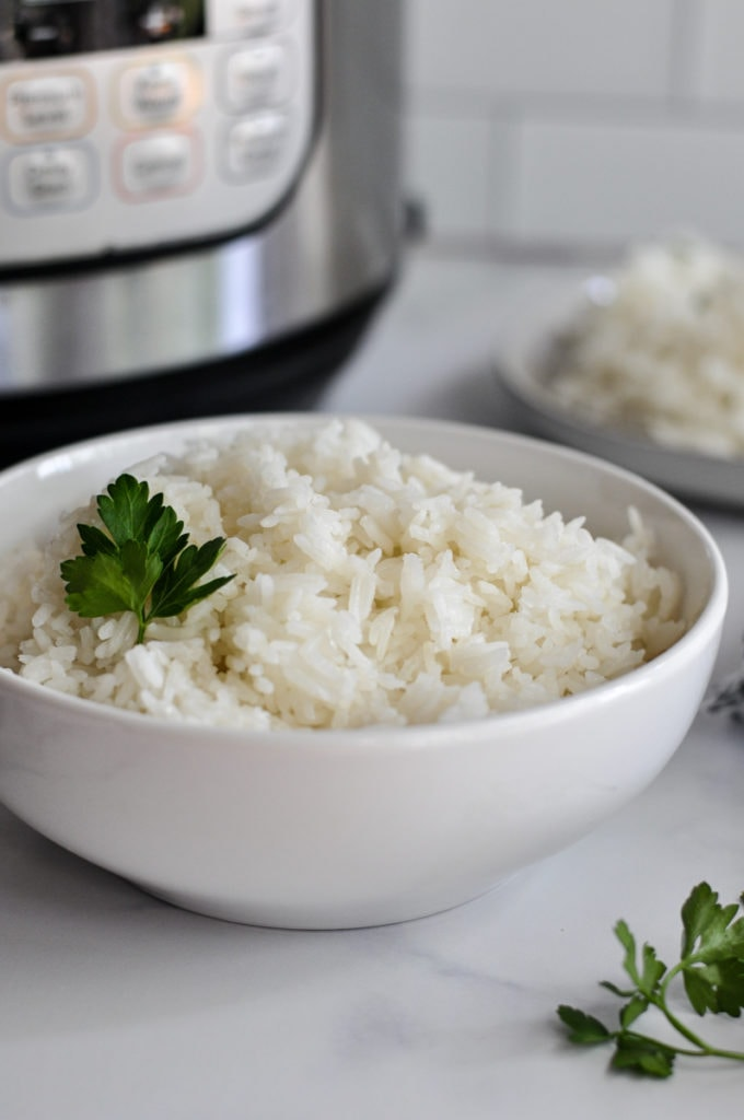 Close up view of cooked jasmine rice in a white bowl